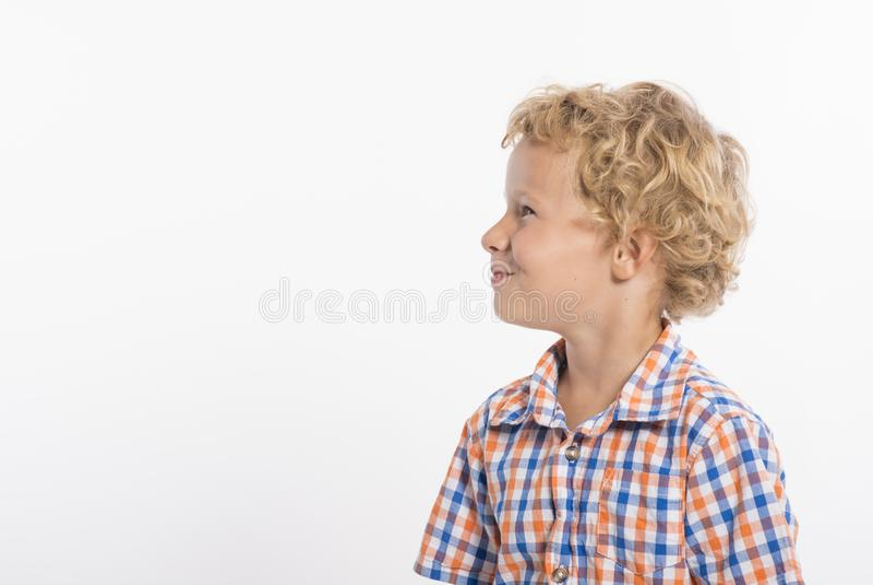Profiel van krullende haired, blondejongen op witte achtergrond stock foto's