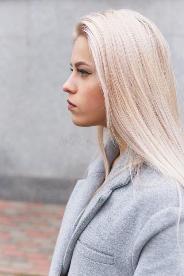 Profiel van modieuze jonge vrouw stock afbeeldingen