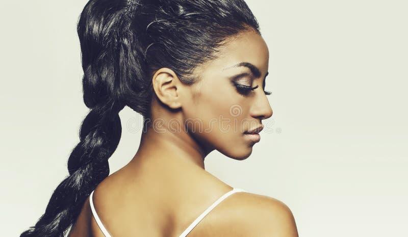 Profiel van mooie jonge vrouwenvlechten stock foto