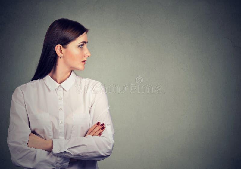 Profiel van mooie vrouw in witte blouse stock afbeeldingen