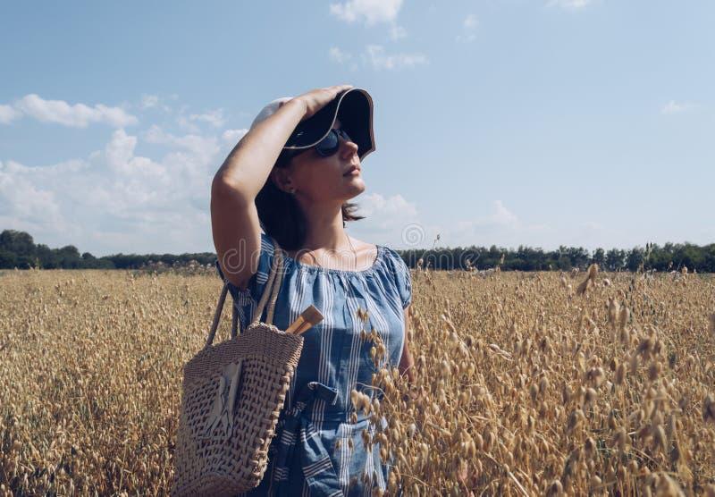 Profiel van mooie vrouw in zonnebril en hoed stock afbeeldingen