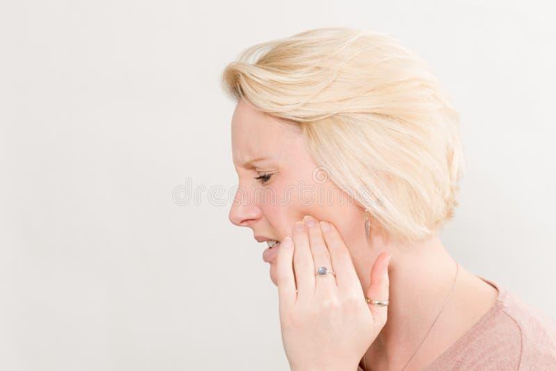 Profiel van Vrouw met Tandpijn in de Ruimte die van het Pijnexemplaar wordt geschoten stock foto