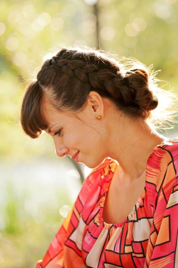 Profiel van vrouwen op middelbare leeftijd in het zonlicht stock fotografie