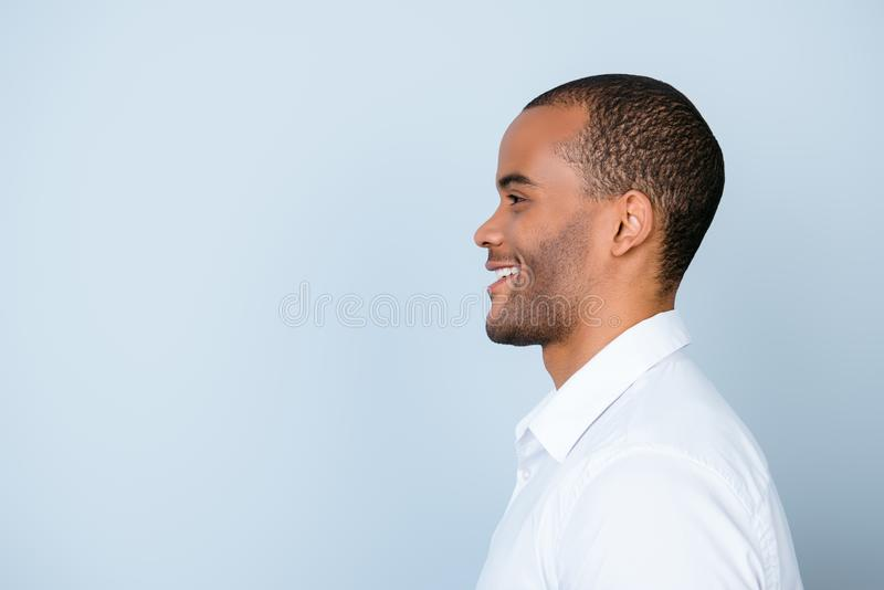 Profiel zijfoto van het glimlachen van mulat Amerikaanse bedrijfs stan kerel stock afbeelding