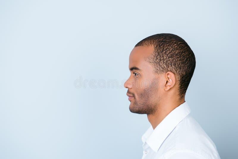 Profiel zijfoto van mulat Amerikaanse bedrijfskerel die zich binnen bevinden royalty-vrije stock fotografie