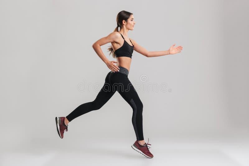 Profielbeeld van energiek Kaukasisch wijfje in sportkleding runn royalty-vrije stock foto
