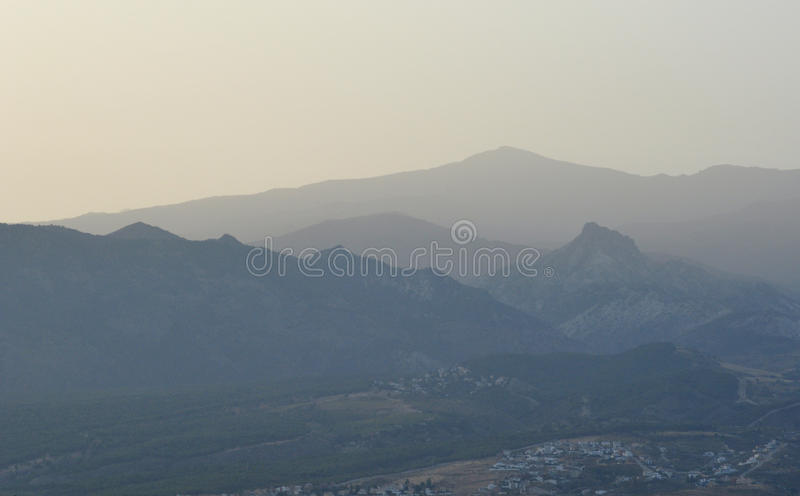 Profielen van bergen bij dageraad stock foto
