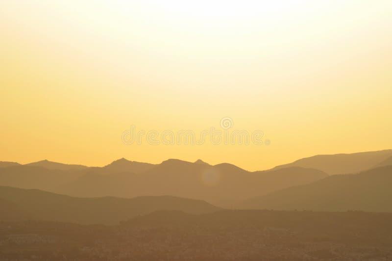 Profielen van bergen bij dageraad stock afbeelding