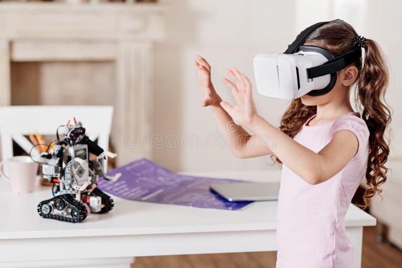 Profielfoto van smoorverliefd meisje die dat handen opheffen stock afbeelding