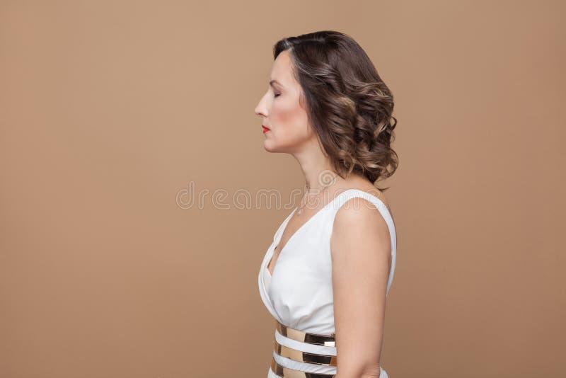 Profielkant van ontspannen vrouw met gesloten ogen stock foto