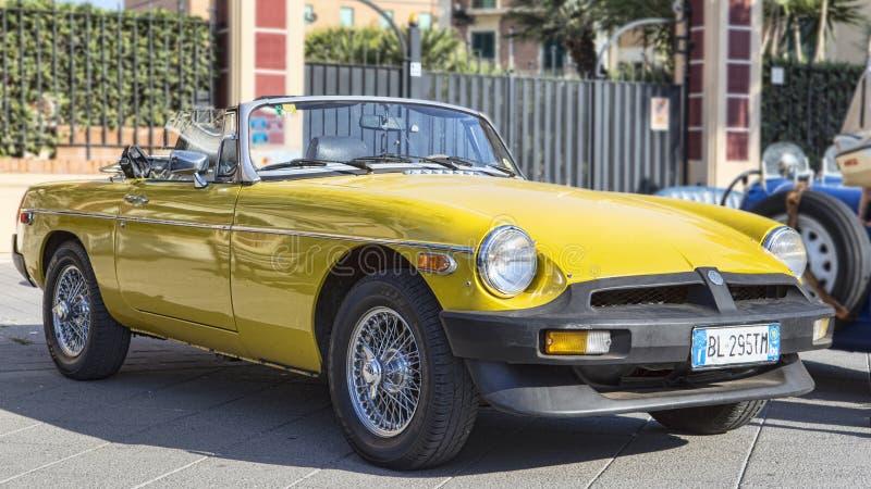 Profielmening van mooie gele cabriolet uitstekende auto modelmg MGB royalty-vrije stock afbeeldingen