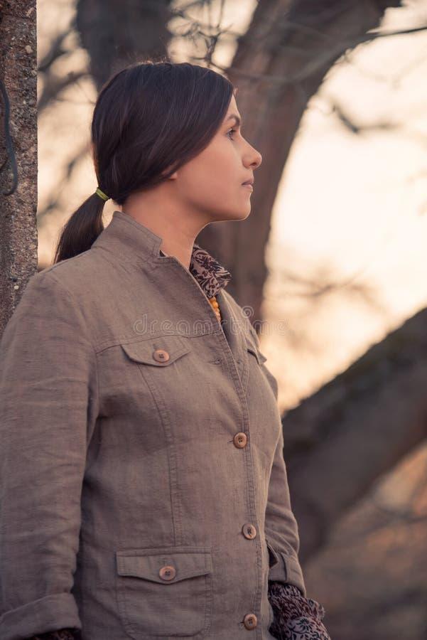 Profielportret van een mooie donkerbruine vrouw stock foto