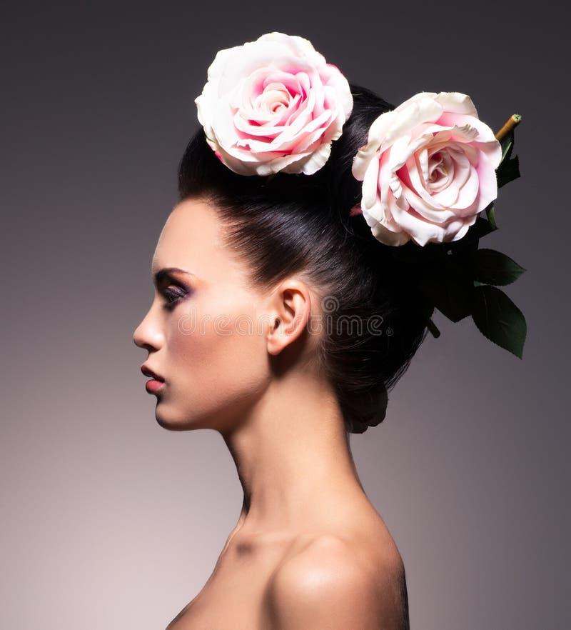 Profielportret van een mooie donkerbruine vrouw met creatieve hai royalty-vrije stock afbeelding