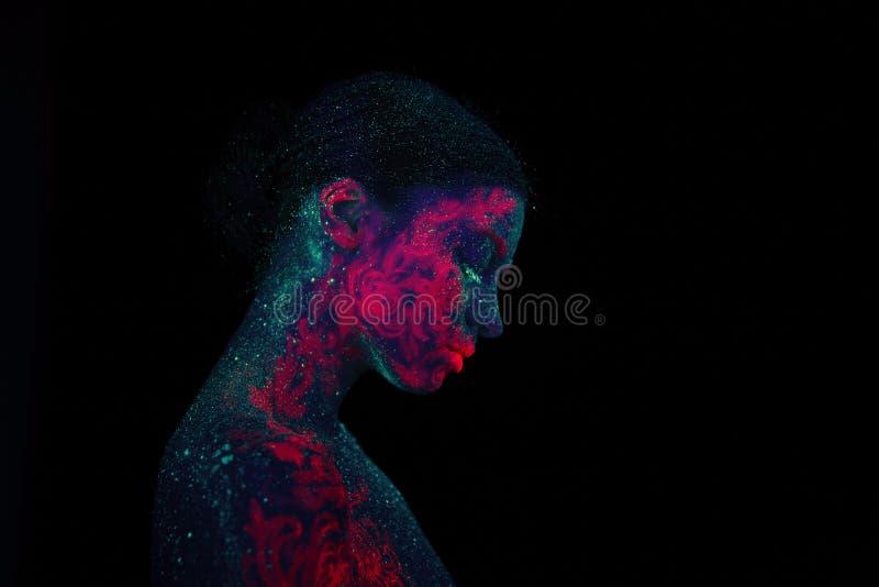Profielportret van een mooie meisjesvreemdeling Van de ultraviolette groene de nachthemel lichaamskunst met sterren en roze kwall stock fotografie