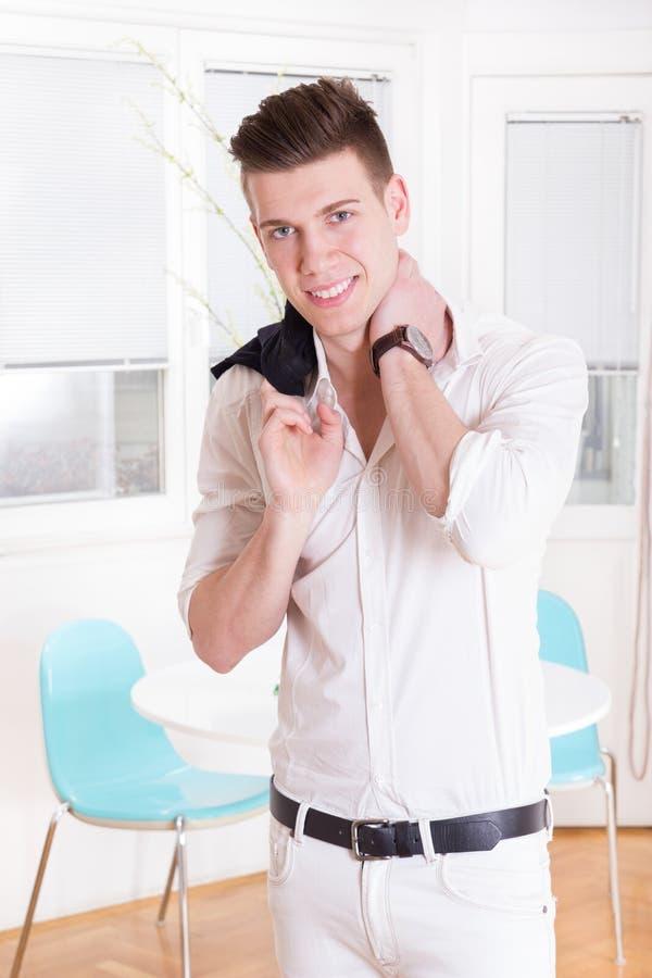 Profielportret van het asmiling van de manier jonge mens in wit kostuum stock foto's