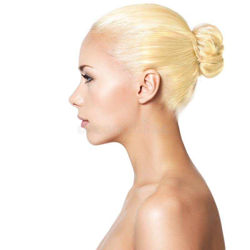 Profielportret van jonge blonde vrouw stock foto