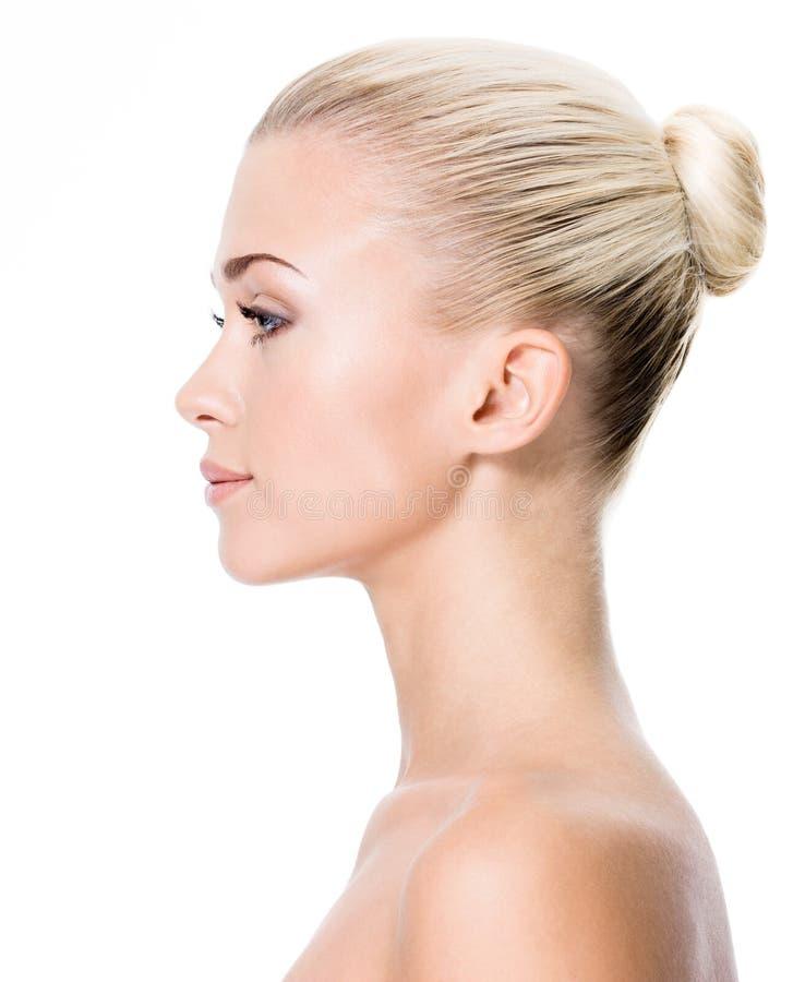 Profielportret van jonge blonde vrouw royalty-vrije stock foto's