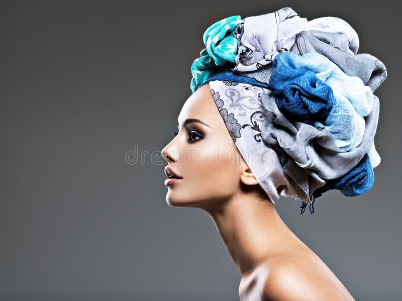 Profielportret van mooi meisje in tulband royalty-vrije stock foto's