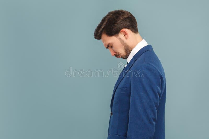 Profielportret van ongelukkige schreeuwende zakenman stock afbeelding