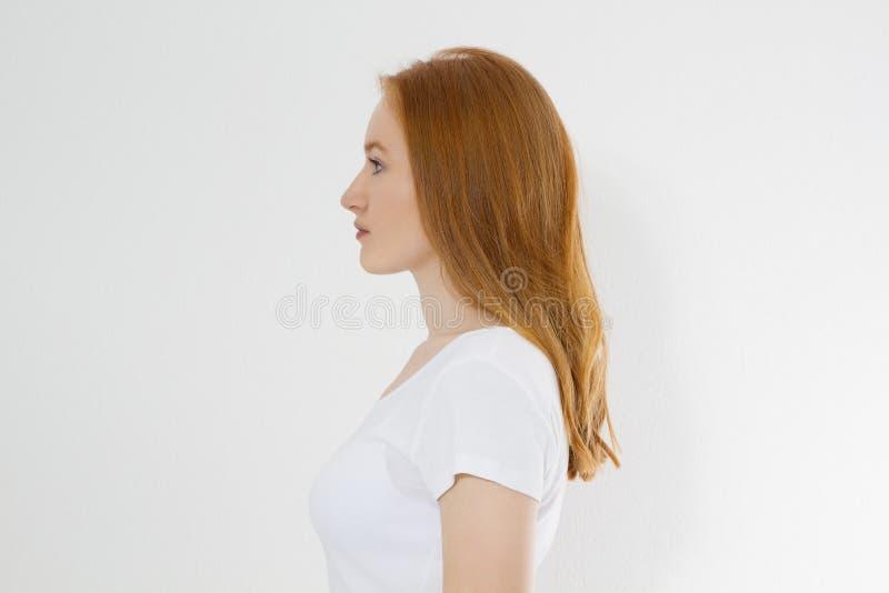 Profielportret van rood haired Kaukasisch meisje met lang en glanzend recht vrouwelijk haar dat op witte achtergrond wordt geïsol royalty-vrije stock foto's