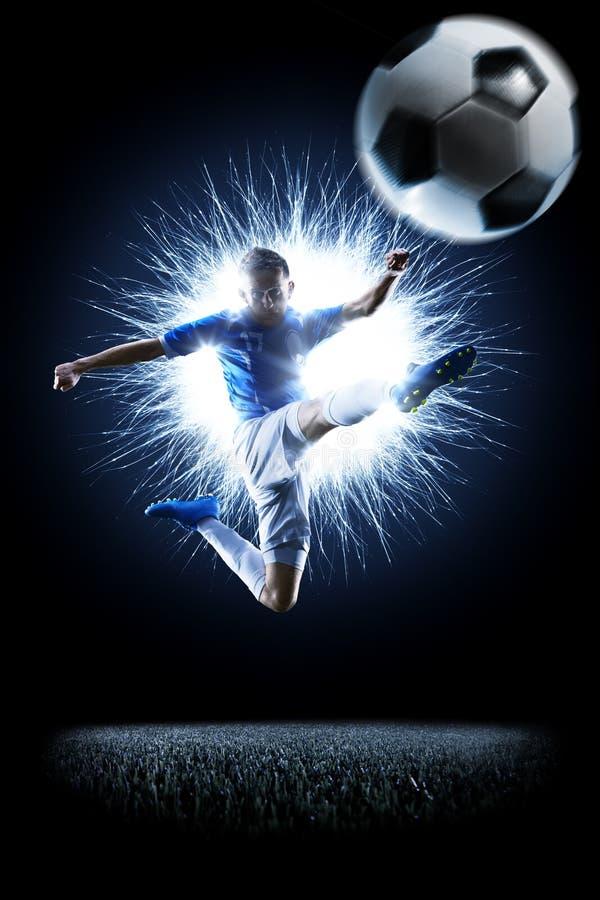 Profifußballfußballspieler in der Aktion auf Schwarzem stockfotos