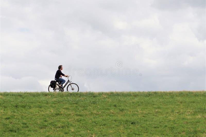 Profil över medelålders cykelcykel fotografering för bildbyråer