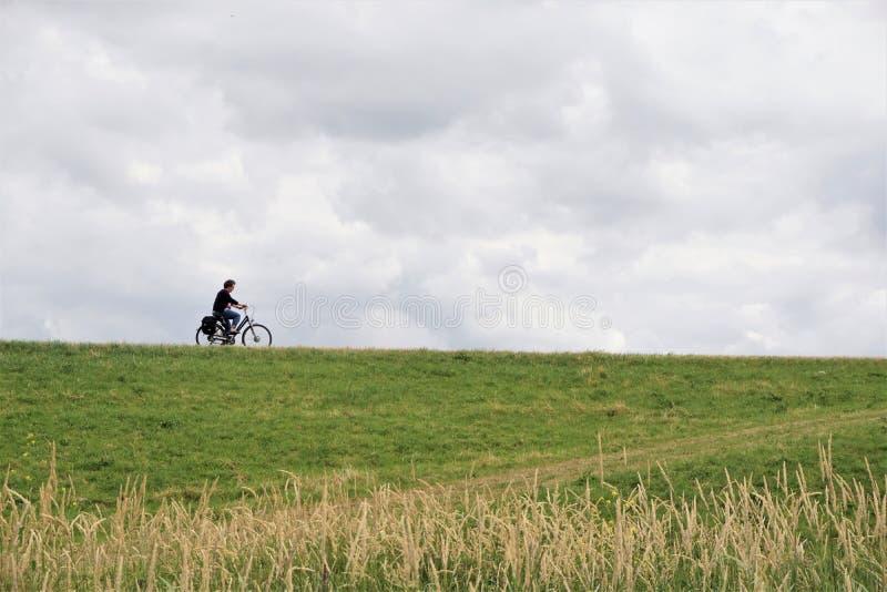 Profil över medelålders cykelcykel arkivfoton