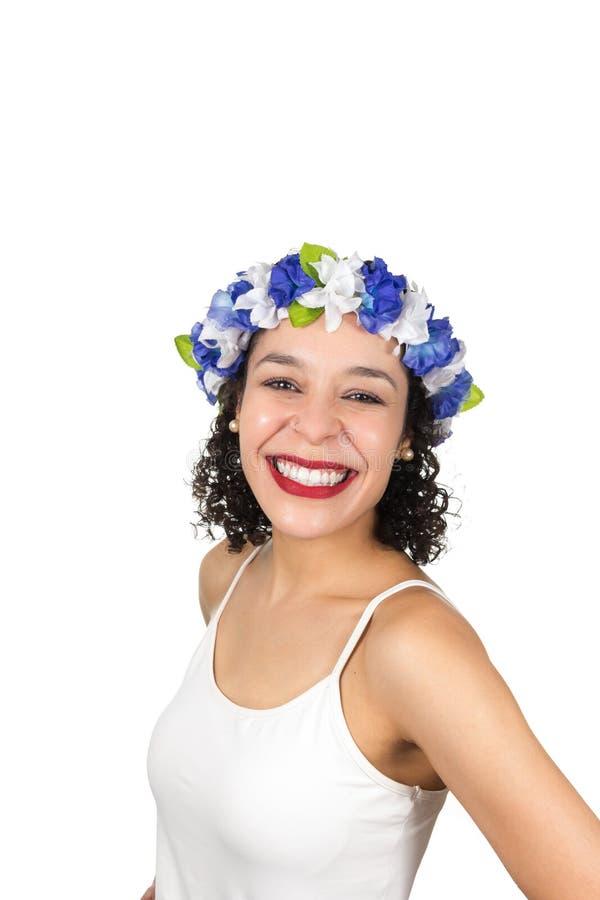 Profil aimable de fille La femme de couleur porte une guirlande Elle est les FO habillées photo stock