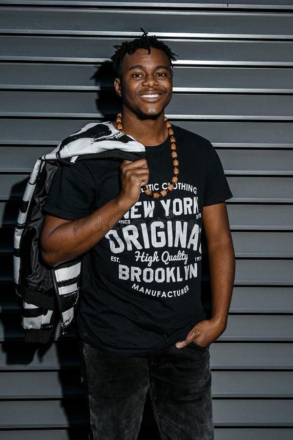 Profil attrayant d'Afro-am?ricain d'homme de portrait dans la rue Poses de port de veste de jeans d'homme africain de mode sur la photo libre de droits