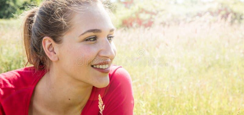 Profil av att le den ursnygga unga kvinnan som ser till hennes framtid royaltyfria bilder