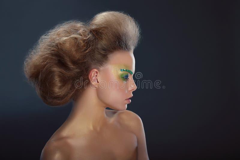 Profil av den trendiga kvinnan med idérikt smink royaltyfri foto