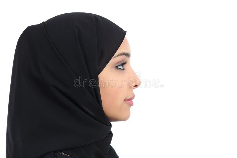 Profil av en arabisk saudierkvinnaframsida med perfekt hud royaltyfria foton