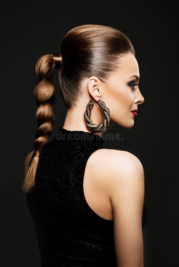 Profil av en attraktiv ung kvinna med den härliga frisyren royaltyfri bild