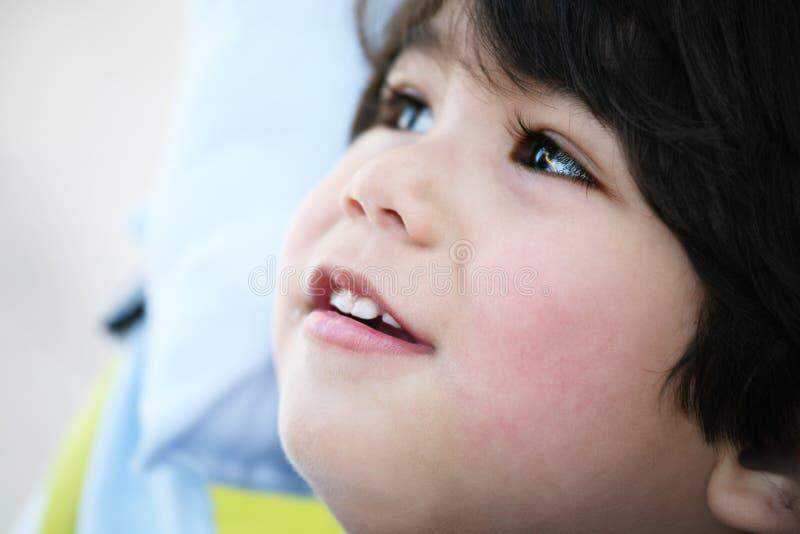 Profil beau de garçon d'enfant en bas âge photo stock