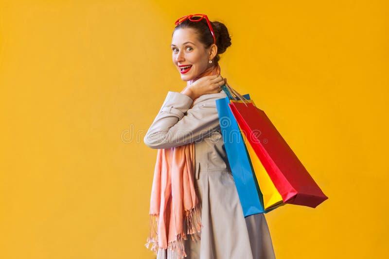 Profil, boczny widok piękny i szczęście shopaholic dziewczyna z, obrazy stock