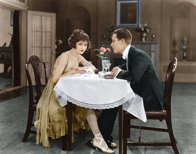 Profil d'un couple se reposant à une table (toutes les personnes représentées ne sont pas plus long vivantes et aucun domaine n'e photo stock