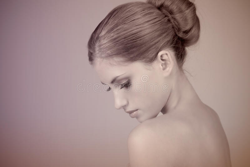 Profil d'une belle jeune femme photo libre de droits