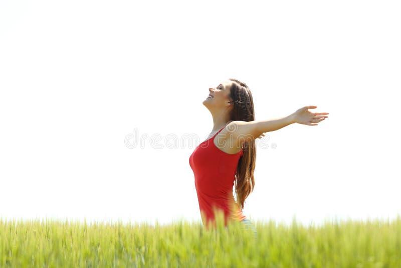 Profil d'une fille respirant l'air frais dans un domaine photo stock