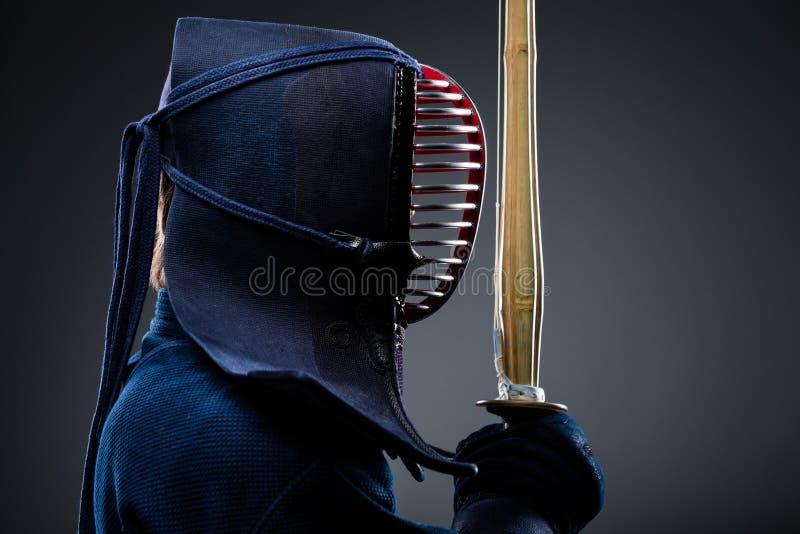 Profil de chasseur de kendo avec le shinai photographie stock