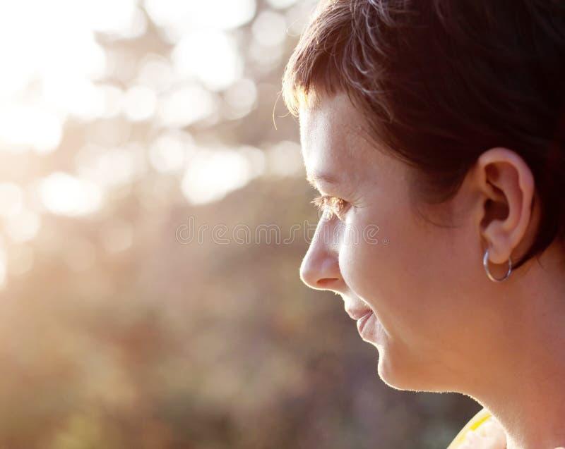 Profil de femme dans le coucher du soleil photographie stock libre de droits