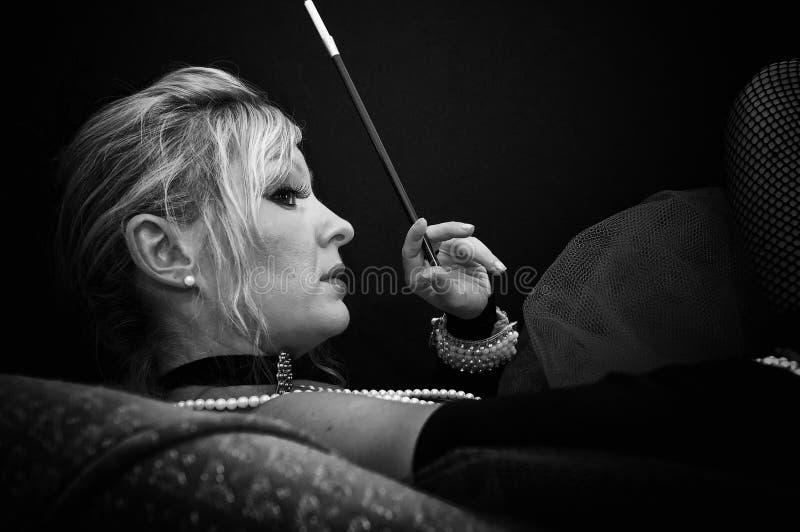 Profil de femme sur le sofa images libres de droits