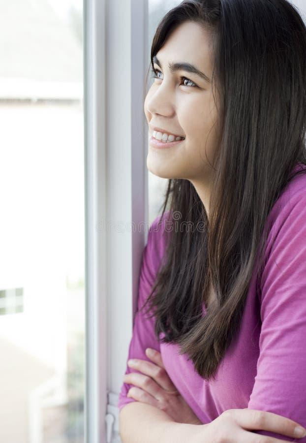 Profil de fille de l'adolescence regardant à l'extérieur l'hublot images stock