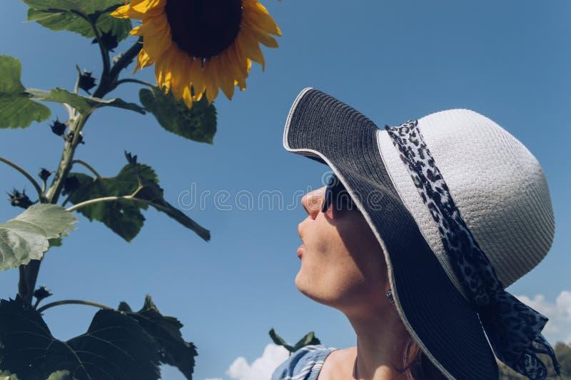Profil de jeune femme étonnée avec le tournesol images stock