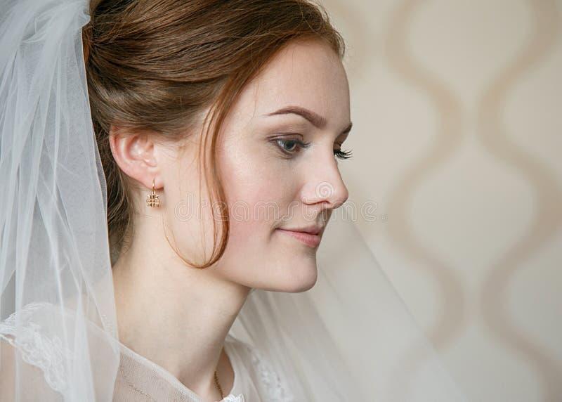 Profil de jeune mariée dans le voile photos libres de droits
