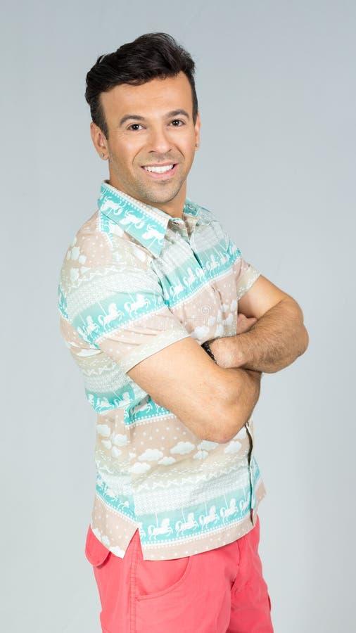 Profil de l'homme avec les bras croisés Le mâle brésilien beau porte photos libres de droits