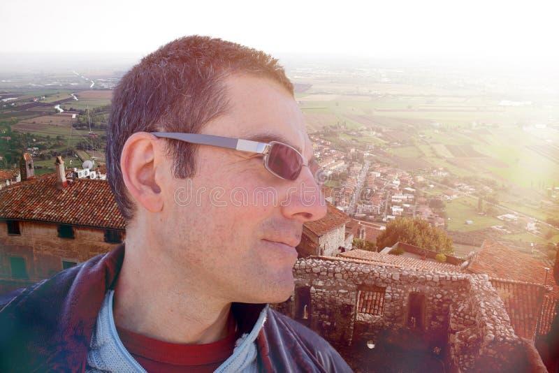 Profil de l'homme contemplant le vieux village photographie stock libre de droits