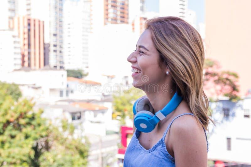 Profil de la fille de touristes d'étudiant riant à Sao Paulo, bâtiments pendant l'été Concept de bonheur, joie photos stock
