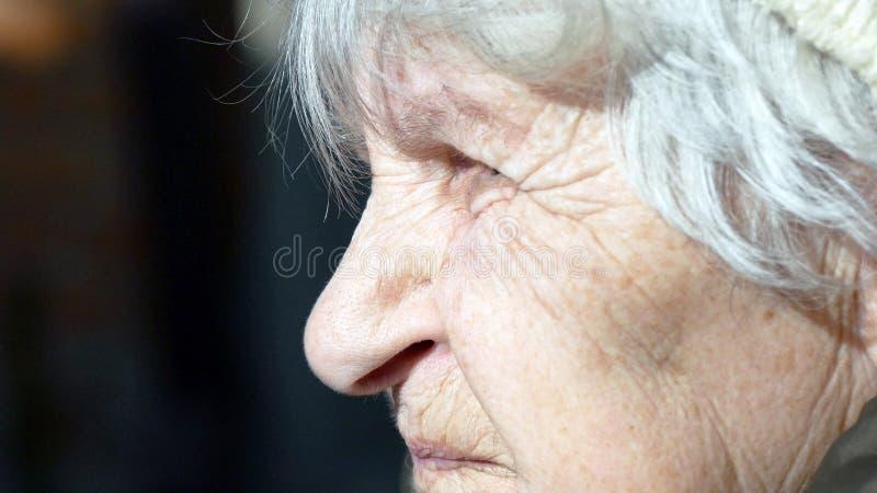 Profil de vieille femme parlante Plan rapproché image libre de droits