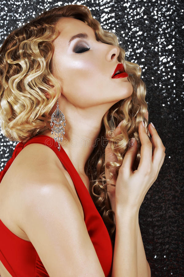 Profil der modischen gepflegten Frau mit Schmuck - Platin-Ohrringe. Charme lizenzfreie stockfotografie