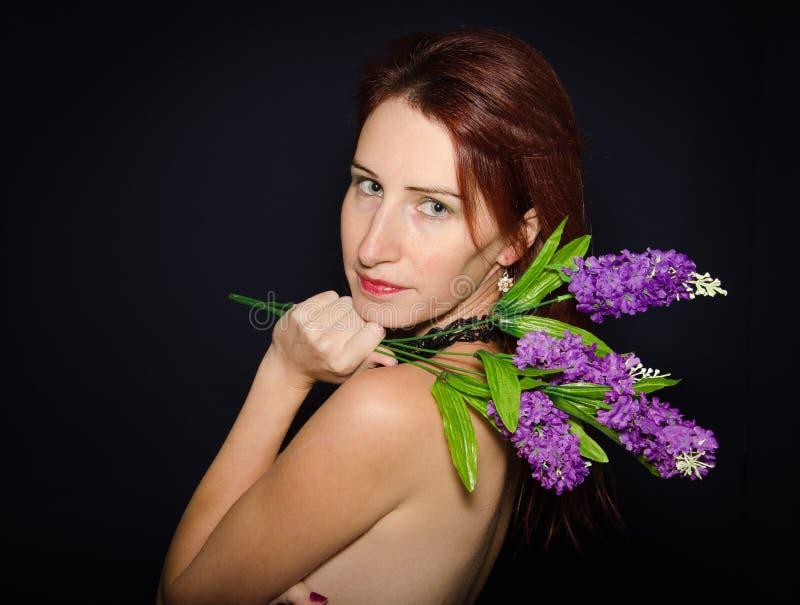 Profil der schönen jungen Frau stockbild